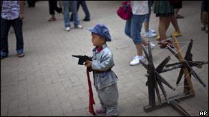 Trẻ em mặc đồ Giải phóng quân TQ