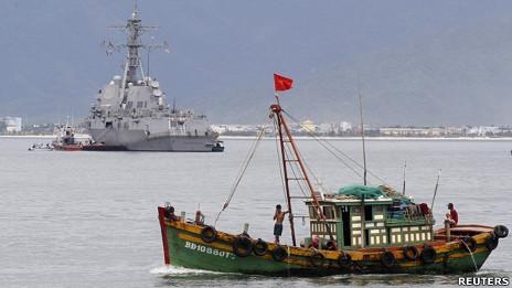Tàu cá Việt Nam đi ngan qua tàu chiến USS Chung-Hoon tại cảng Tiên Sa, Đà Nẵng hôm 15/7/2011