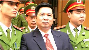 Tiến sỹ Luật Cù Huy Hà Vũ (áo complê)