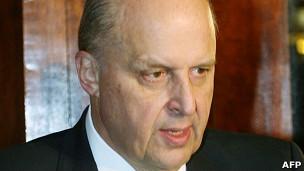 Thứ trưởng Ngoại giao Hoa Kỳ John Negroponte. Ông Hưởng phàn nàn với Thứ trưởng Negroponte rằng Hoa Kỳ không ủng hộ Việt Nam trong vấn đề Biển Đông