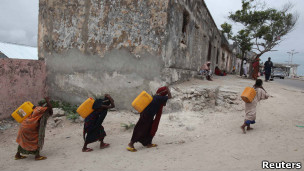 mujeres somalíes van por agua