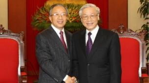 Ông Nguyễn Phú Trọng (bên phải) tiếp Ủy viên Quốc vụ TQ Đới Bỉnh Quốc