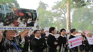 Giáo sỹ và giáo dân Thái Hà biểu tình đòi đất ở Hà Nội
