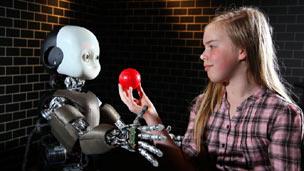 Chica con robot