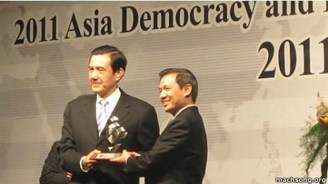Tổng thống Đài Loan Mã Anh Cửu (trái) trao giải cho Giám đốc của Boat People SOS Nguyễn Đình Thắng hôm 10/12