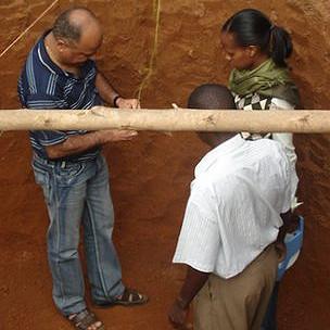 personas trabajando en una planta de biogás