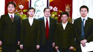 Thạc sỹ Nguyễn Minh Triết (thứ hai từ trái sang). Ảnh của báo Tiền Phong