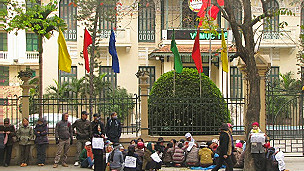 Nông dân Dương Nội khiếu kiện trước Mặt trận Tổ quốc