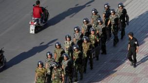 Binh sỹ tuần tra trên đường phố Urumqi