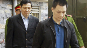 Ông Phạm Thanh Bình bị áp giải vào tòa