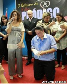 Lanna Holder (de joelhos) celebra culto junto com sua companheira, Rosania Rocha (de pé) / Foto: Divulgação