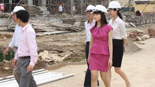Cô Tô Linh Hương đi thị sát công trình