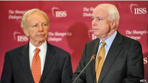 Hai thượng nghị sỹ Joe Lieberman (bên trái) và John McCain trong một cuộc họp báo