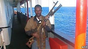 Hombre armado vigila barco frente a las costas de Somalia