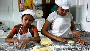 Meninas cozinhando | Foto: Cortesia Manthoc