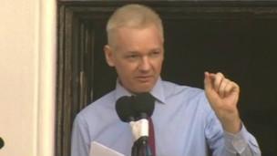 Assange no terraço da embaixada.