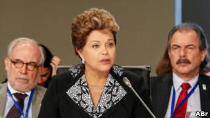 Dilma discursa ao lado do assessor especial Marco Aurélio Garcia e do ministro da Educação, Aloizio Mercadante
