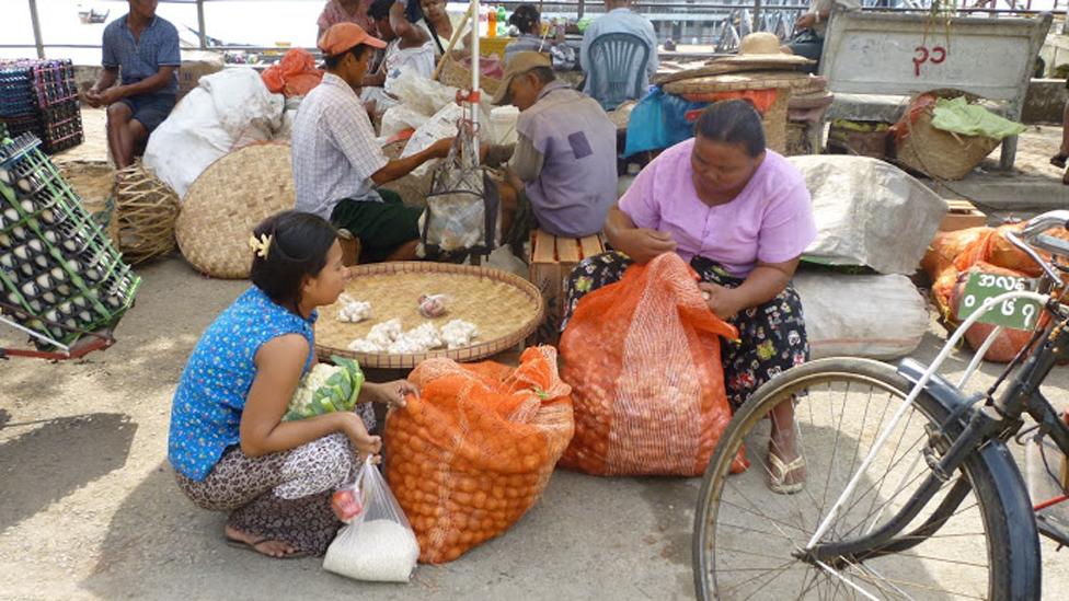 Người bán rau cỏ đợi phà ở Rangoon