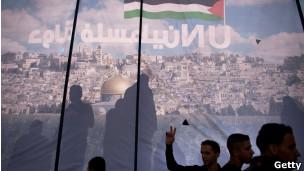 Bandeira palestina em marcha de apoio ao reconhecimento na ONU, nesta quinta, em Ramallah (Getty)