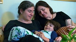Ana Leiderman con Verónica Botero y la hija de ambas. Foto: Cortesía Ana Leiderman.