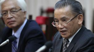 Các ông Nguyễn Đình Lộc và Chu Hảo trong buổi chuyển Kiến nghị 72 tới Quốc hội