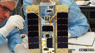 Científicos construyen satélite
