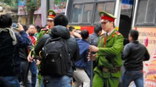 Cảnh sát Việt Nam giải tán ngươi biểu tình chống Trung Quốc