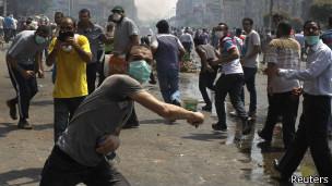 Manifestantes lanzan piedras en protestas en El Cairo