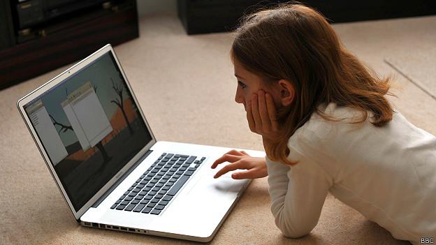 Joven navegando por internet