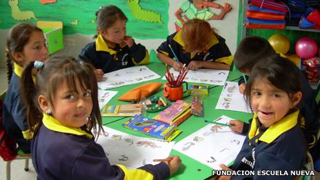Niños colombianos aprendiendo bajo el modelo Escuela Nueva.
