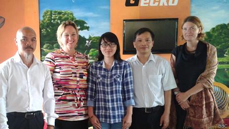 Nguyễn Văn Đài (hai trái sang)
