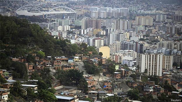 Favela do complexo de Lins e estádio olímpico João Havelange ao fundo, no Rio de Janeiro (Reuters)