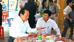Ông Lê Thanh Hải (trái) tại đám tang