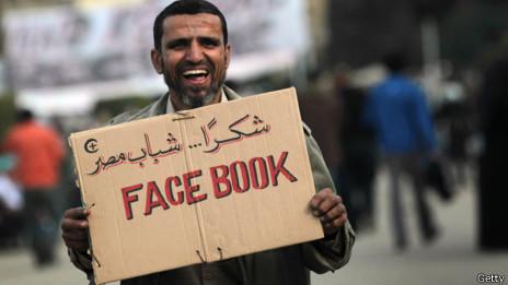 Árabe con cartel que dice Facebook