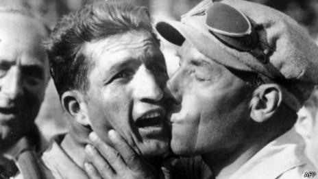 Barlati celebra tras haber ganado una etapa del Tour de Francia.