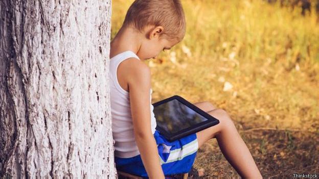 Niño con tableta