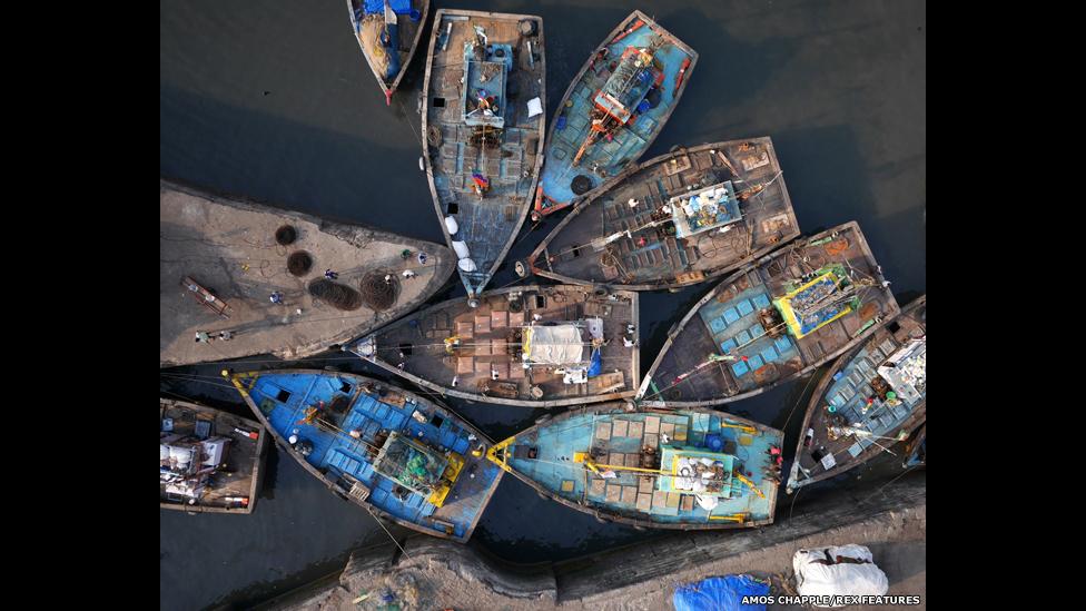 Un atasco de botes de pesca a la entrada de muelle de Sassoon en Bombay