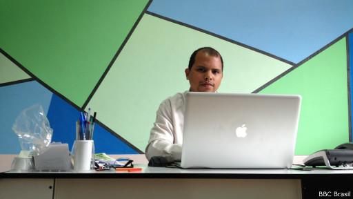 Joildo Santos, no computador de onde fala com moradores de Paraisópolis, em SP