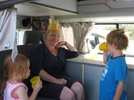 Die Kids werden von der Königin versorgt