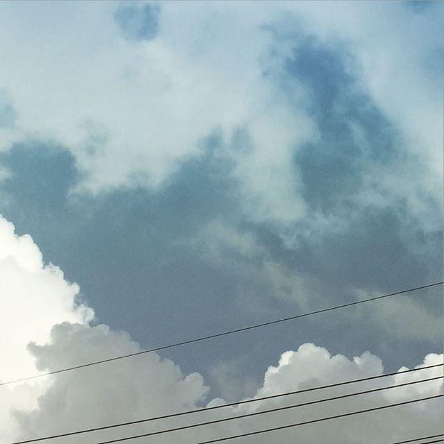 今日は一日中、風が荒れてて降ったり止んだり。晴れ間かと思ったら、雨がパラパラ。#イマソラ #mysky #sky #clouds #cloudy #rain #rainy #rainyday #wind #windy #gray