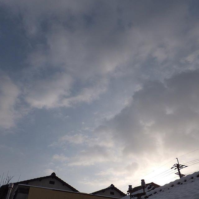 おはようございます。観測史上最低の気温を記録した朝、予報と違ってお日さまがのぼってきたようで、雪、少しは溶けてくれるかなと期待しております。今日はみなさん気をつけて。#イマソラ #mysky #sky #morning #fine #clouds #snow #cold #winter #2016