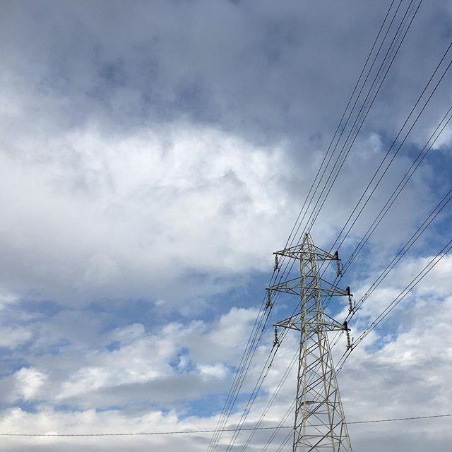 雨がパラパラ天気雨。#イマソラ #mysky #sky #clouds #cloud #rain #rainy #fine #天気雨 #キツネノヨメイリ #狐の嫁入 #steel #tower #electric #line