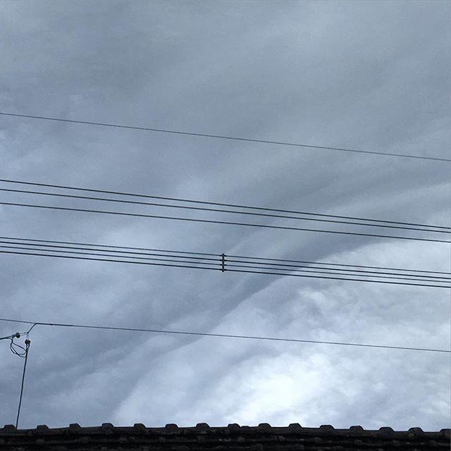 風が強くなってきました。なんだか不気味な雲が…。土間の湿り具合から雨は長くなさそうなので安心しました。仕事がひと段落したので、仮眠をとりました。ウチはまだ、大丈夫です。#イマソラ #mysky #sky #clouds #cloudy #windy #gray #japanese #roof #lines
