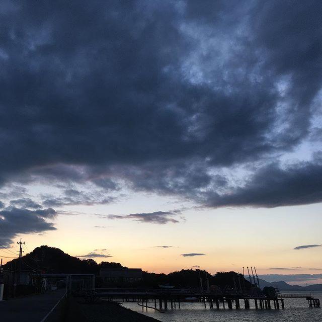 大雨の後の澄んだ夕暮れを追いかけて、久しぶりに大好きな海にやってきました。いつもの夕暮れ。静かなふるさと。こうやってまた、何事もなく地球の営みは続いてゆくのですね。明日もよき日に。#イマソラ #mysky #sky #sunset #mountain #clouds #kumamoto #japan #2016