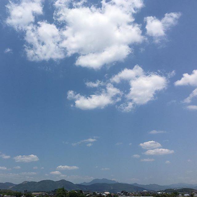 そして福岡入り。こんなに近いのに別世界です。県外の平和な日常。ちょっと寄ったイオンで熊本フェアをやってました。ありがとうございます。ちょっと泣きそうになりました。今日もまた平和に終わりますように。これから映画観に行ってきます。皆さんもよい週末を#イマソラ #mysky #sky #fine #blue #clouds #mountains