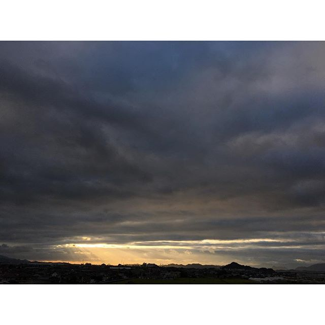 今日の夕暮れはドラマチックに。台風被害は少なくて、ほっとしました。#イマソラ #mysky #sky #clouds #cloudy #光 #goodday #sunset #sunlight #lights