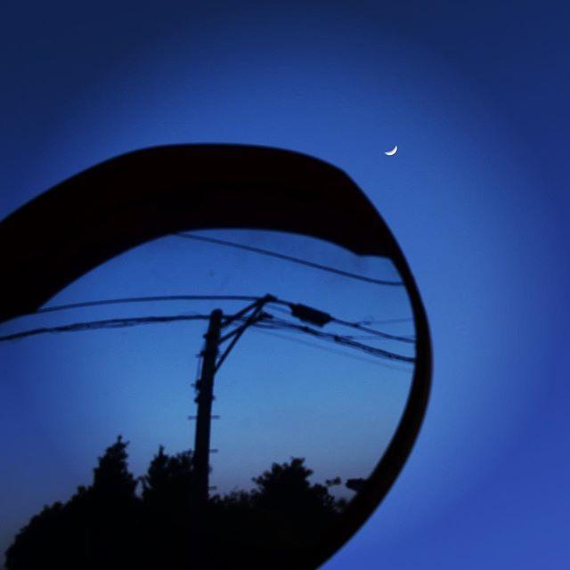 という訳で、今日の主役はこのふたり。暖かい夕暮れに春を感じてこんばんは。#イマソラ #mysky #sky #sunset #fine #moon #crescentmoon #mirror #blue #lines #shadow #winter → #spring #march #2017  #小さい #お月様 #鏡に映る世界 #語りかける 春のあいさつ