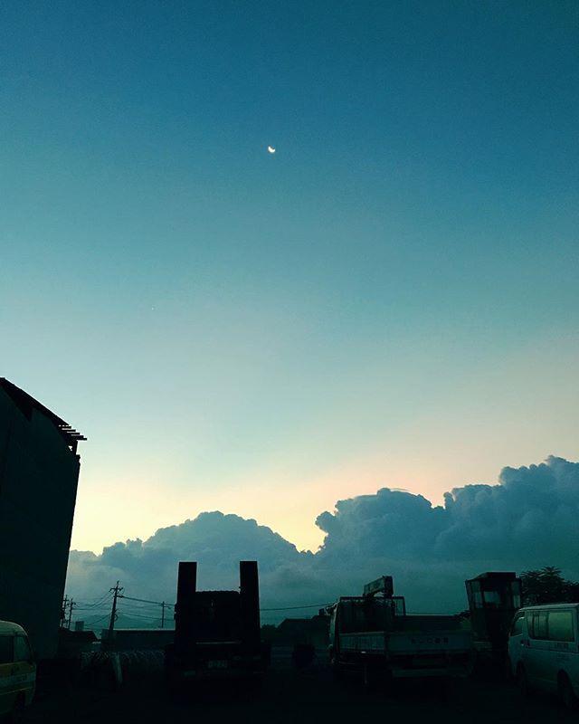 おはようございます。夜明けと月。今日も元気で。#イマソラ #mysky #sky #sunrise #morning #fine #cloud #blue #もくもく #おはよう