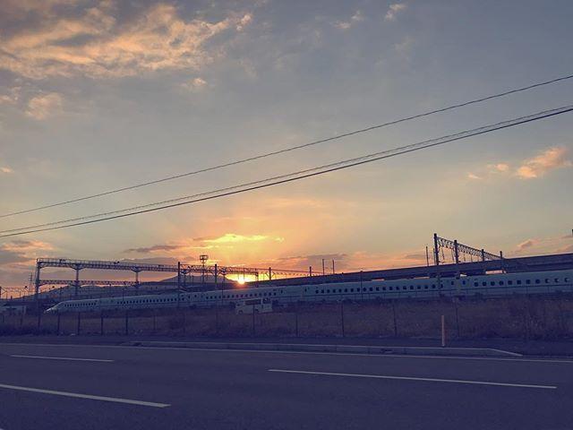 朝は雨だったけど、やっぱり最後はきれいな夕焼け。お休み中の新幹線と一緒に今年もさようなら。2018年に向かって。#イマソラ #mysky #sky #sunset #train #shinkansen #japan #road #dicember #2017 #last