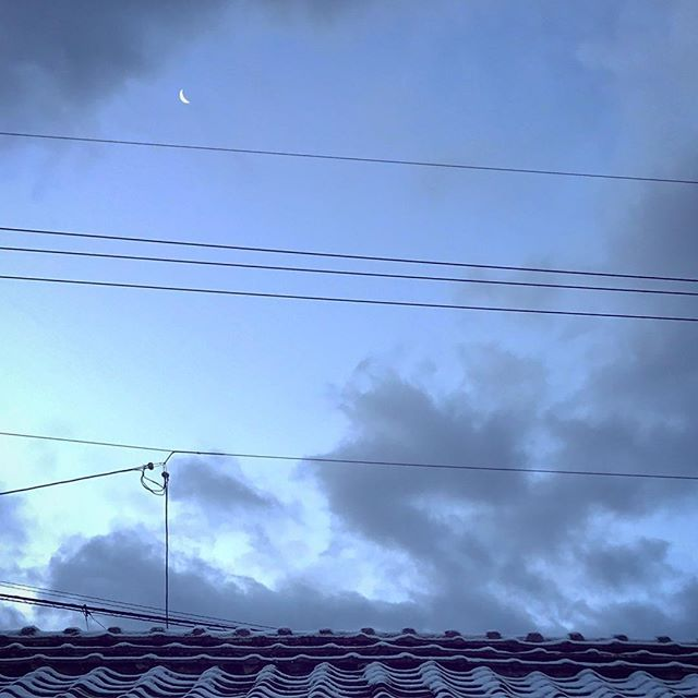 今日も夜に雪。空に小さなお月様。やっと峠を越えた。一番寒い朝。室温4度。さて仕事だ。おはよう。#イマソラ #mysky #sky #morning #snow #sunrise  #japanese #roof #moon #crescentmoon #dawn #cloud #cold #winter #january #2018